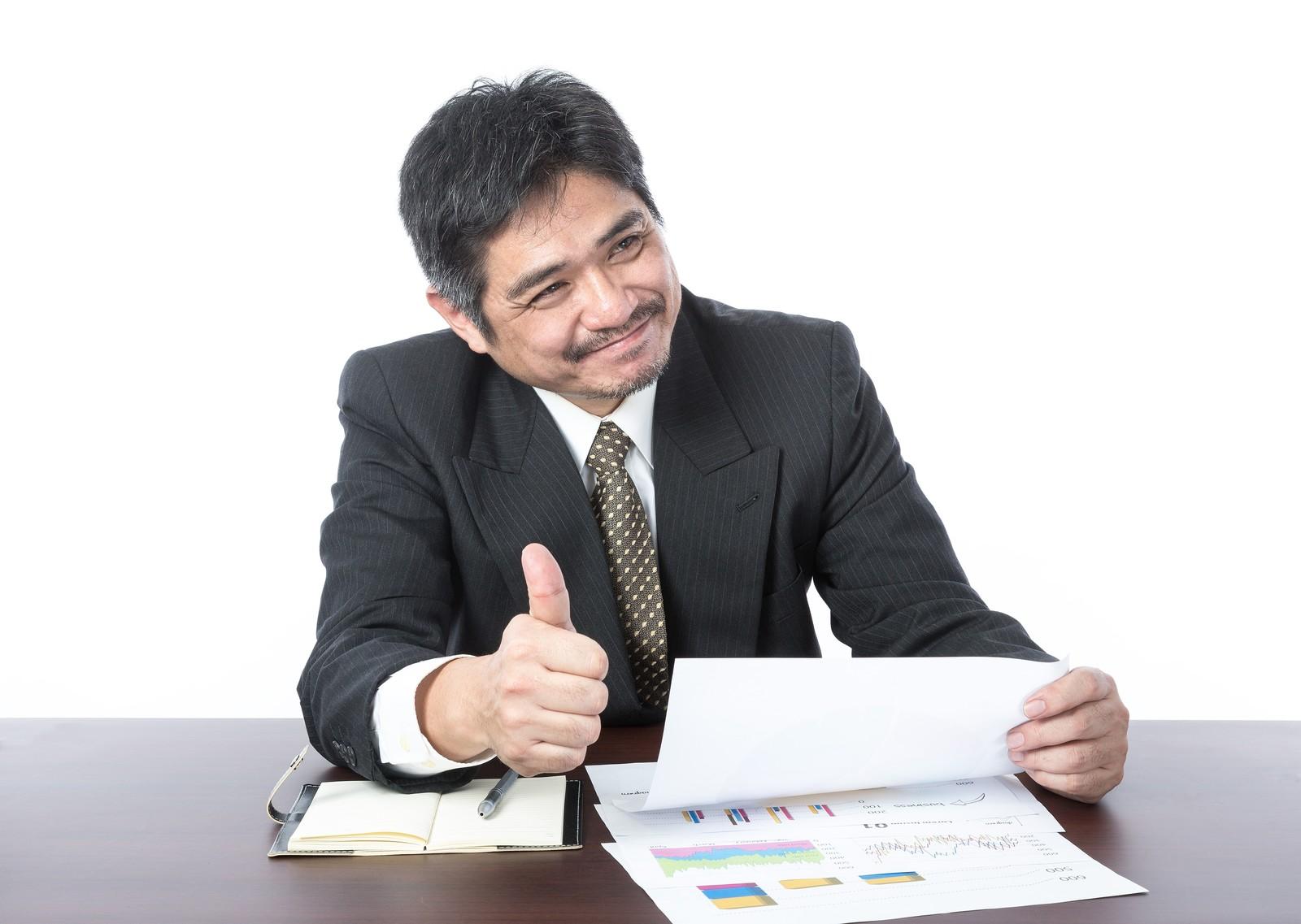 副業として稼げる資格である社会保険労務士が仕事している感じをイメージした画像
