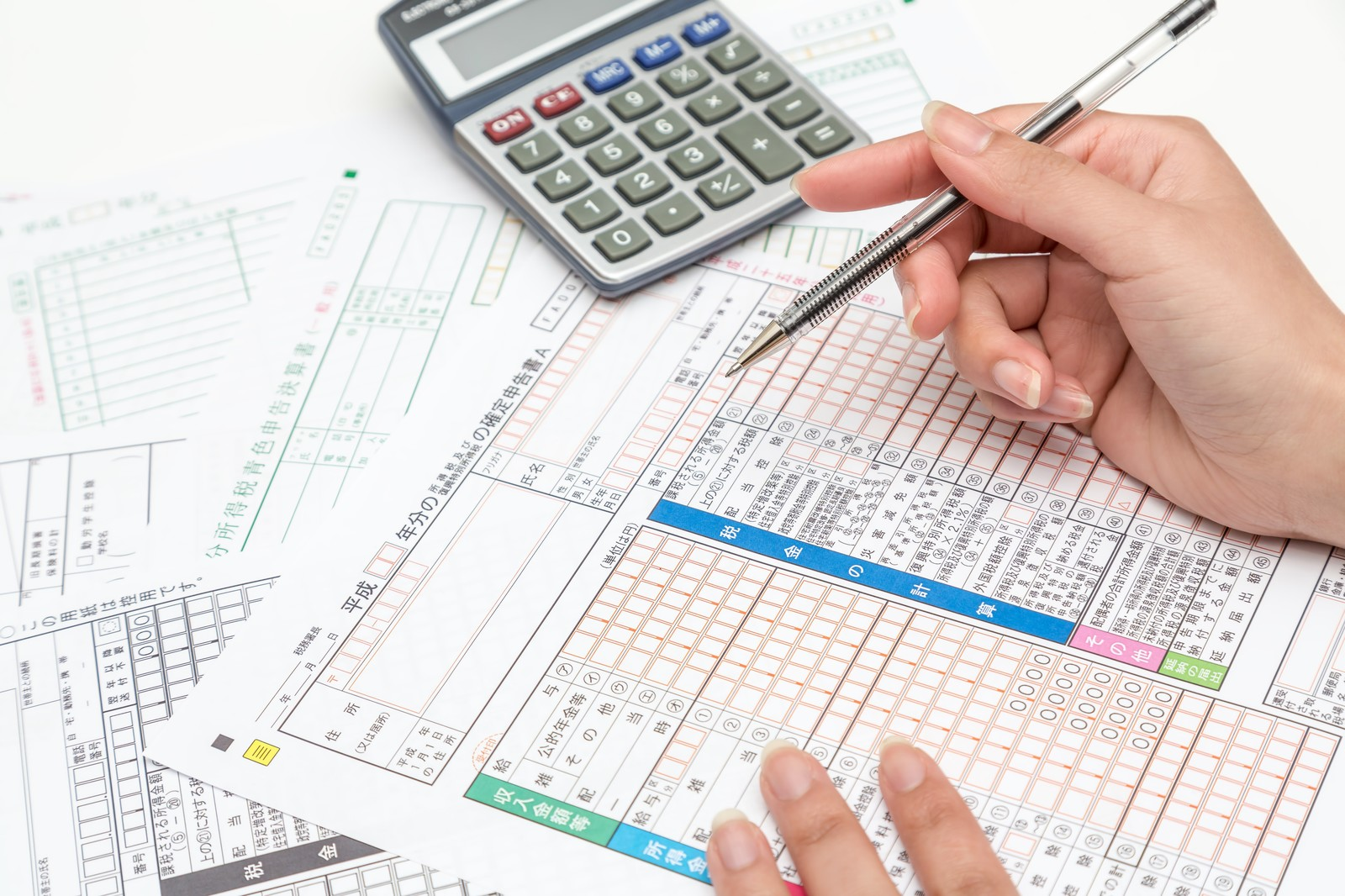 稼げる資格である税理士が確定申告の資料をまとめているのをイメージした画像