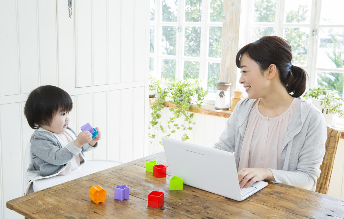 自宅にいながら自分の好きな時にパソコンを使って副業している画像
