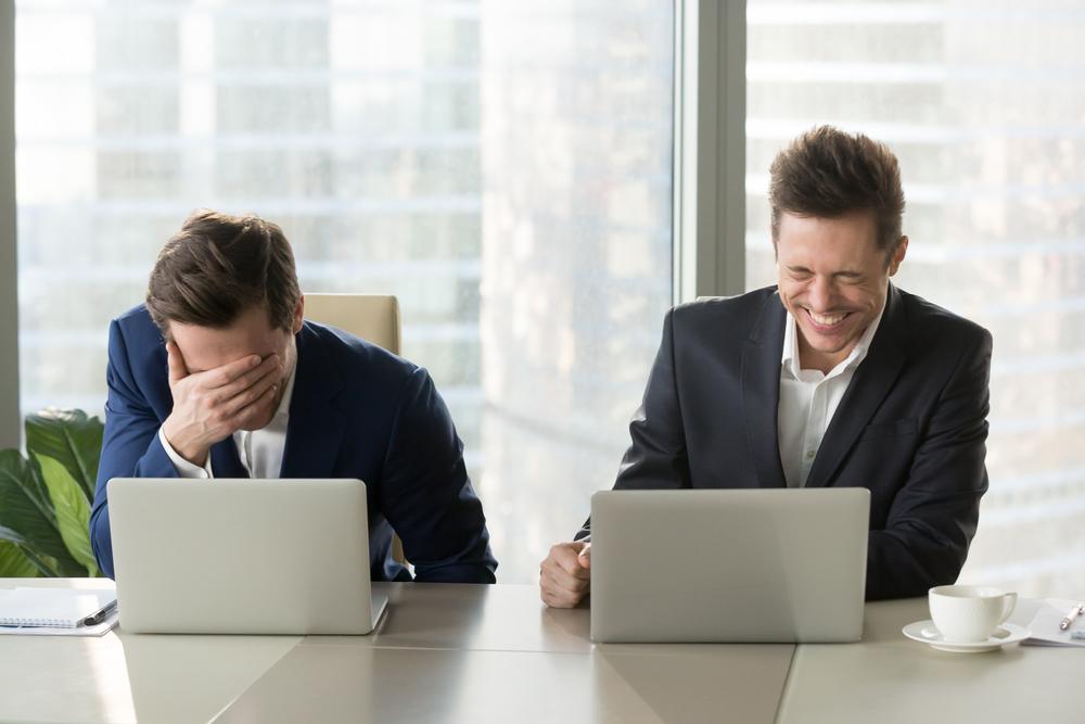 副業在宅アルバイトをすると上司や同僚より収入が高くなるのをイメージさせる画像
