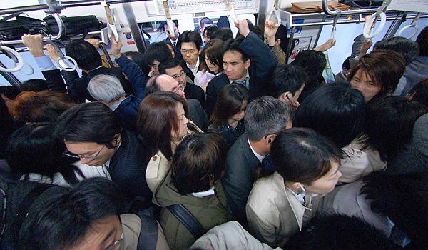 在宅アルバイトだと苦しい満員電車を避ける事ができるのをイメージさせる画像