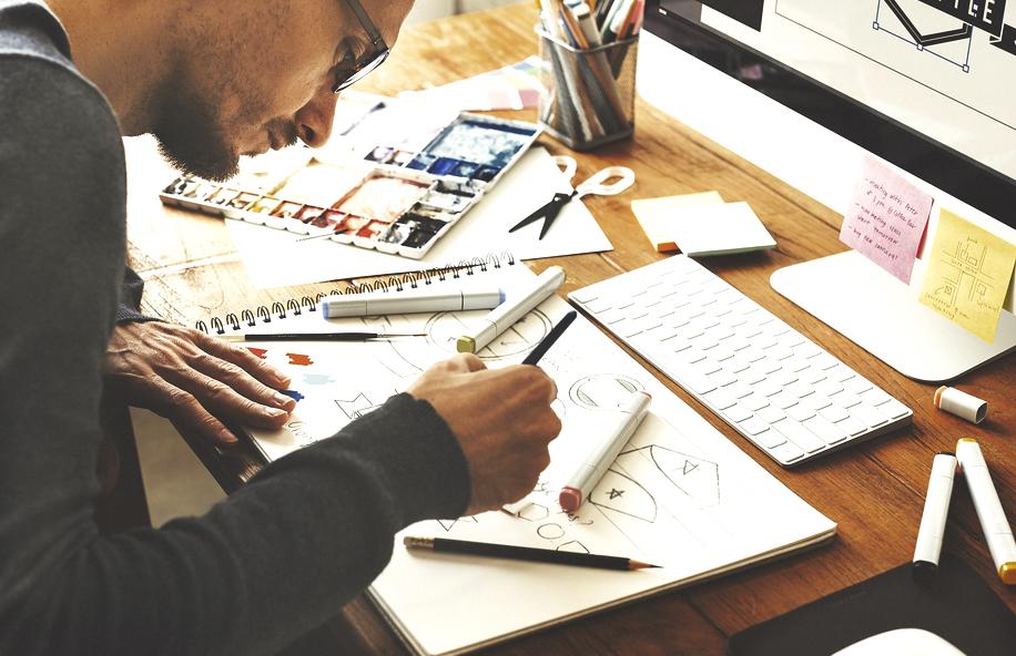 フリーランスイラストレーターが仕事をしているイメージ画像