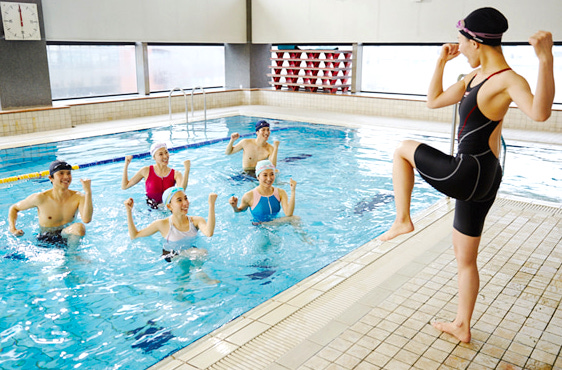スポーツジムバイトの仕事内容「プールの監視、教室指導」