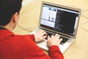 プログラミングを学習する男性